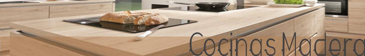 Catálogo con imágenes de cocinas en tonos madera