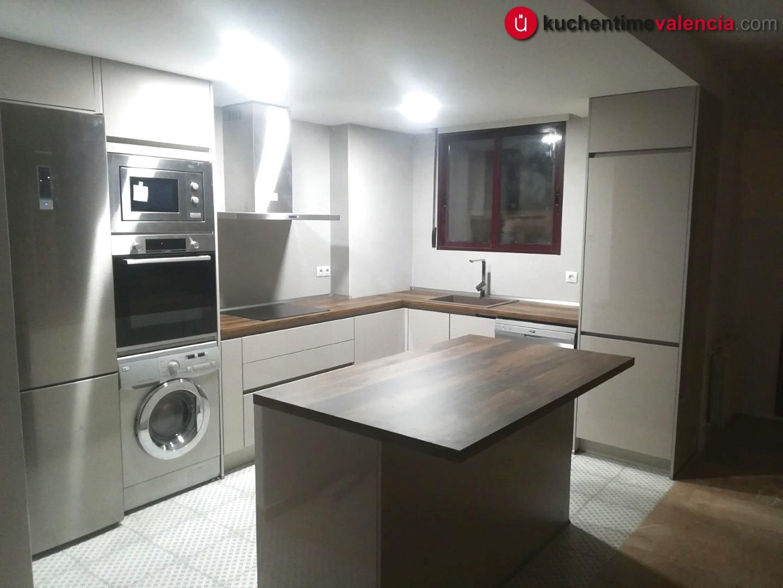 Vista completa de la cocina abierta hacia el salón reformada en Bétera