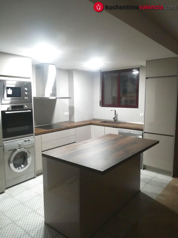 Vista vertical de cocina con muebles sin tirador en Bétera