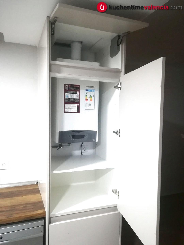 Vista del mueble de calentador en cocina reformada