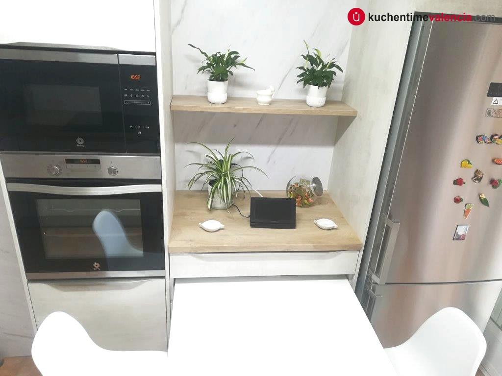Detalle de mesa ocultable en muebles de cocina alemanes instalados en Lliria Valencia