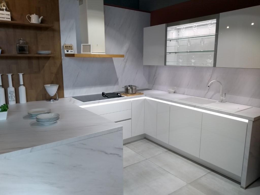 Cocina en U en Blanco con encimera marmoleada en Valencia